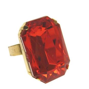 Grote goudkleurige ring met rode steen