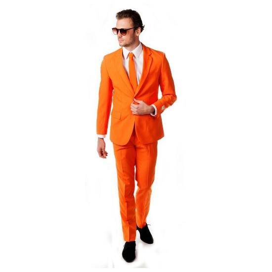 Opposuits pakken in het oranje